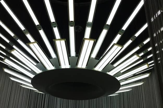 oled lampa zložená zo svietiacich panelov