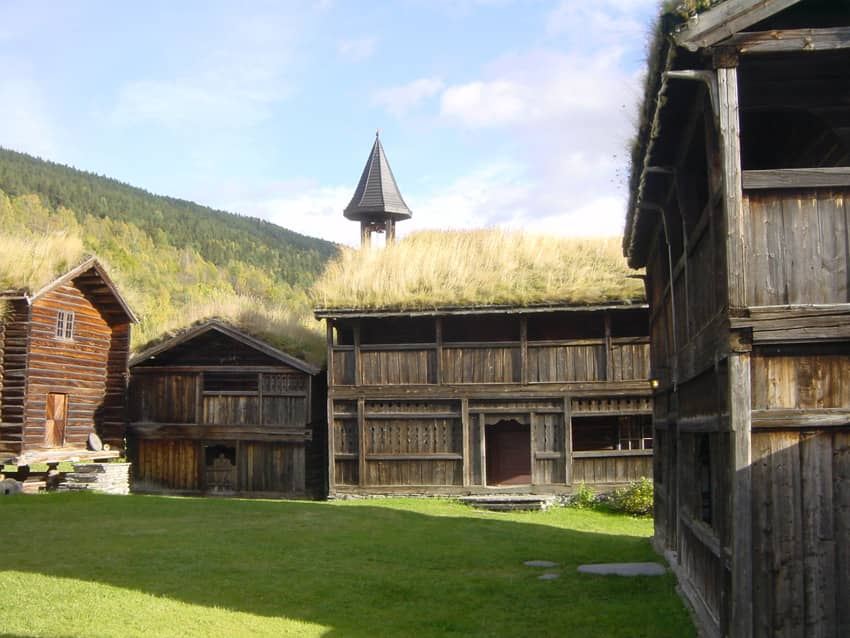Zelená strecha na stavbách farmy v Heidal, Nórsko