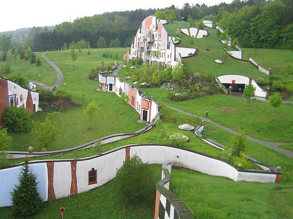 Zelená strecha ako ju realizoval F. Hundertwasser, Bad Blumau, Rakúsko
