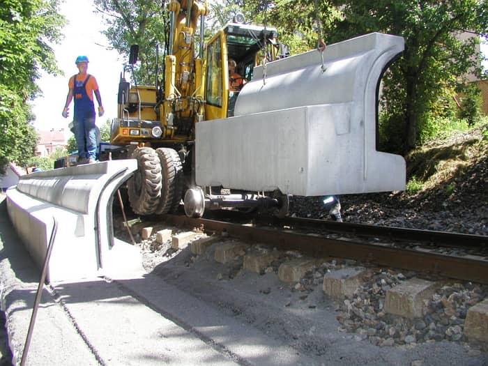 Osádzanie dielca protihlukovej clony pri železničnej trati.