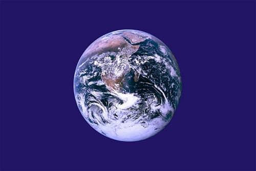 Deň Zeme má aj svoju vlajku, navrhol ju aktivista John McConnell, zdroj: wikipedia
