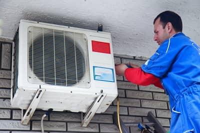 Pri zvažovaní odporúčaní ako schladiť izbu, nezabudnite na pravidelný servis klimatizácie.