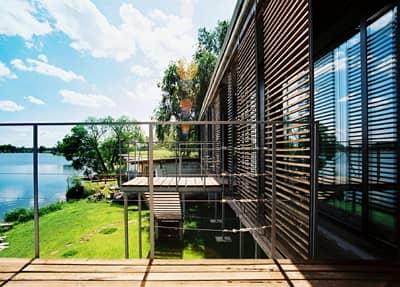 Tieniace prvky predsunuté pred okenné tabule sú jedným z riešení ako schladiť byt alebo dom