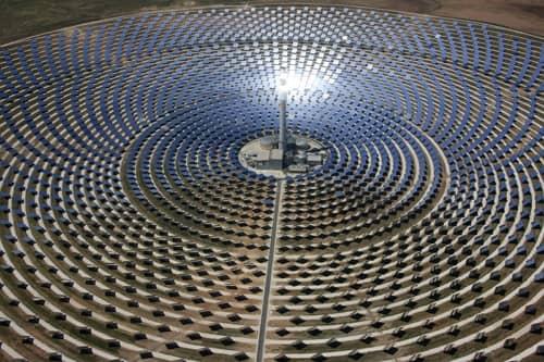 Solárna elektráreň Gemasolar s osvetlenou vežou.