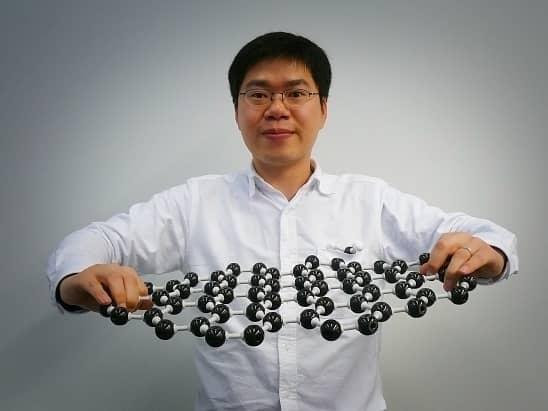 Vedec Shou-En Zhu demonštruje pevnosť grafénu.